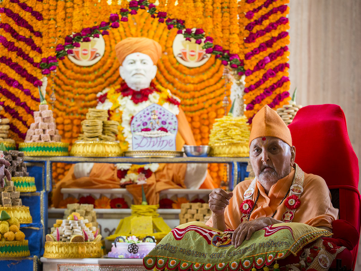 Swamishri at the Smruti Mandir