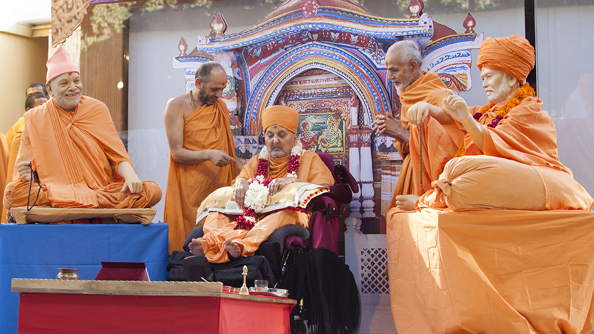 A presentation recreating Swamishri's diksha din mahapuja in the Akshar Deri, Gondal