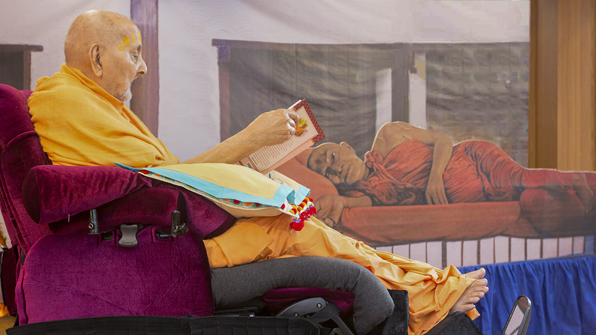 Swamishri reads the Bhaktachintamani before Shastriji Maharaj