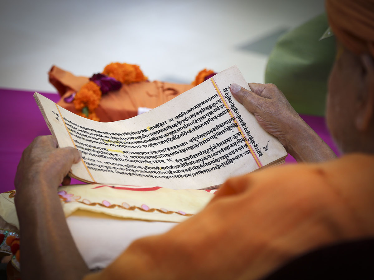 Swamishri reads the Satsangijivan scripture