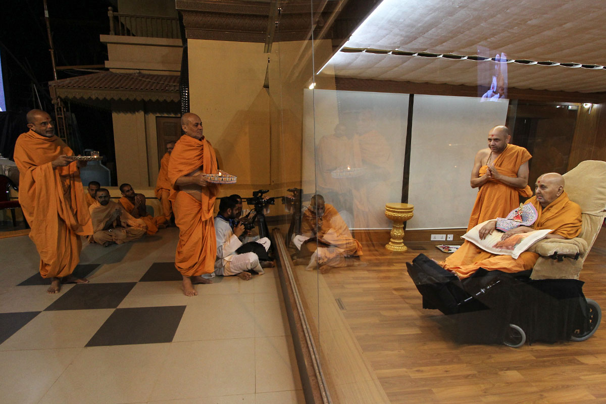 Pujya Viveksagar Swami and Gnaneshwar Swami perform arti