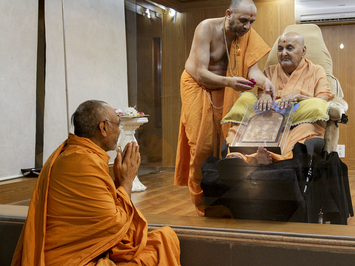 Swamishri blesses Pujya Shrutiprakash Swami on his being awarded the D.Litt. degree
