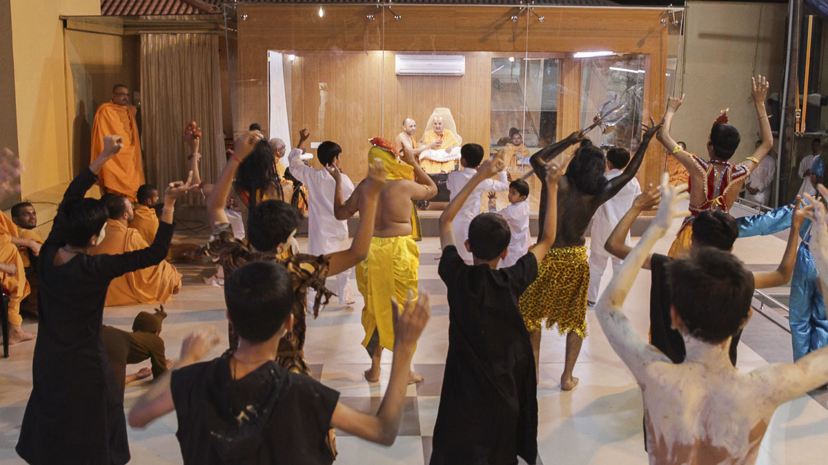 Children perform a dance before Swamishri