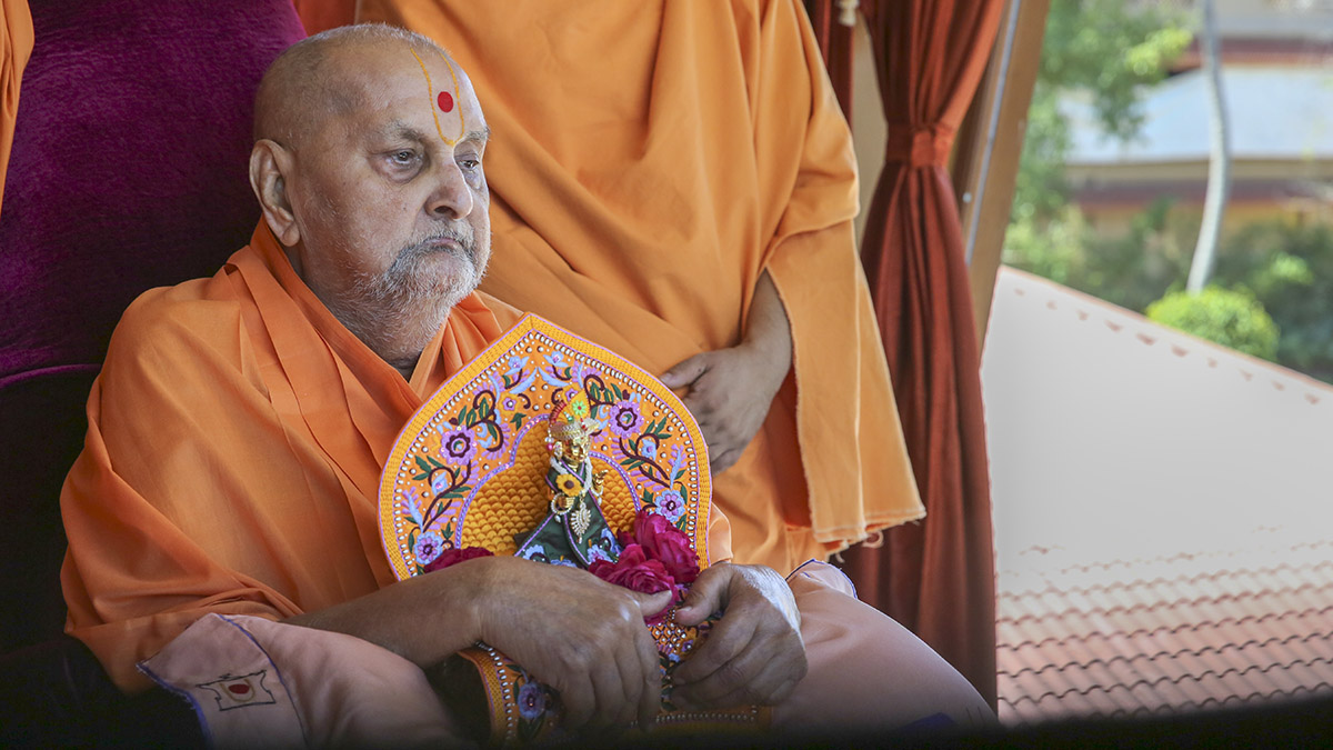 Swamishri arrives in balcony in afternoon