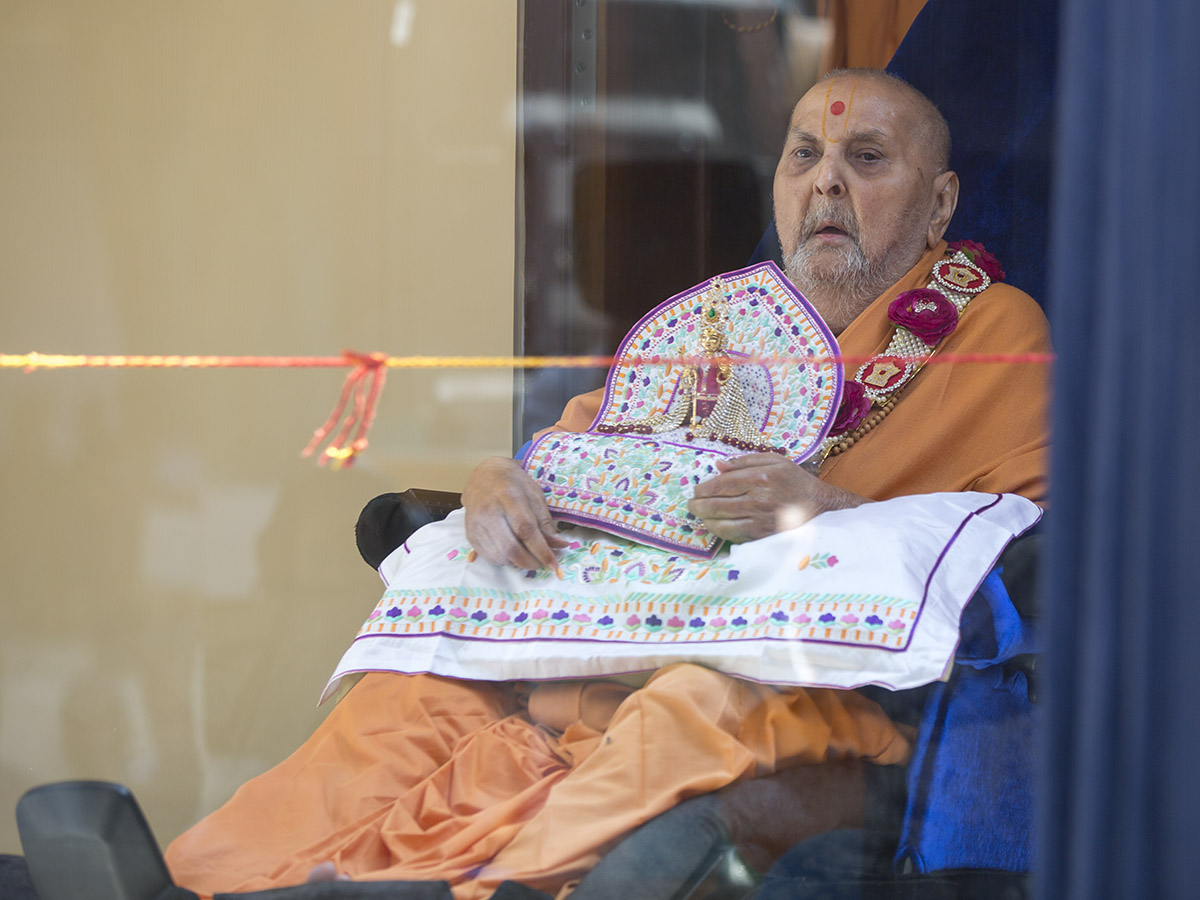 Swamishri arrived in a renovated glass cabin