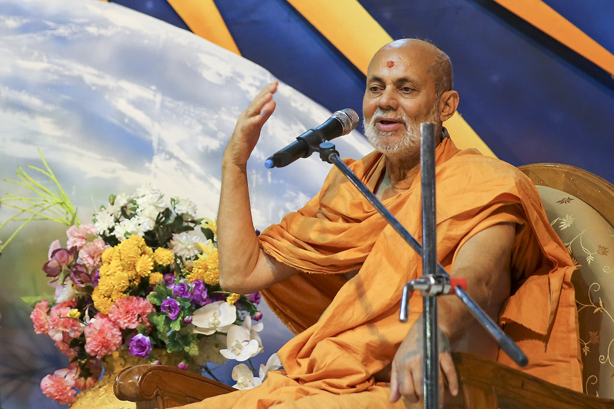 Pujya Viveksagar Swami delivers a discourse