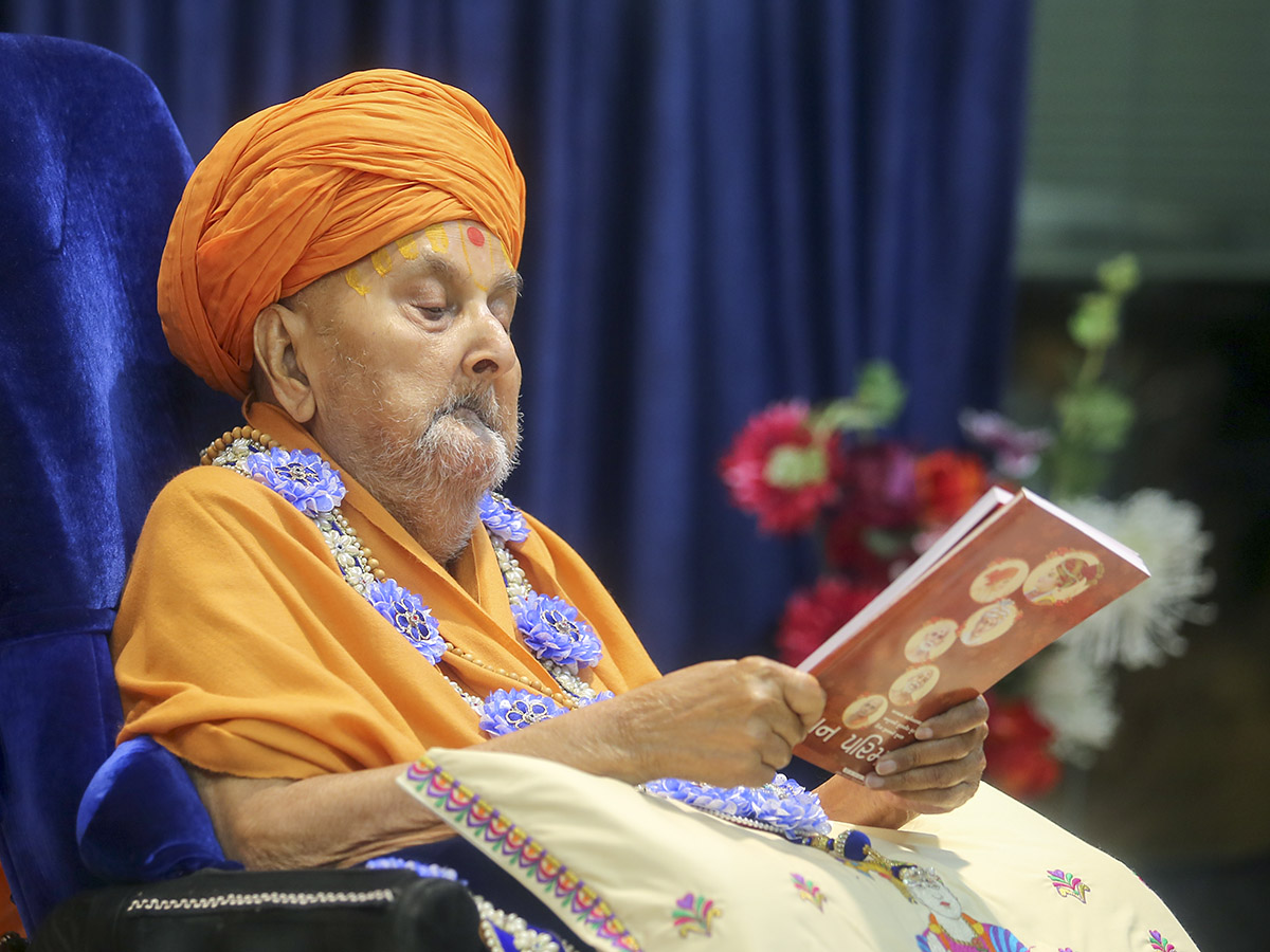 Swamishri inaugurates a new print publication