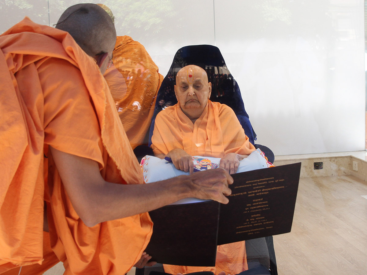 Swamishri sanctifies Ph.D. thesis