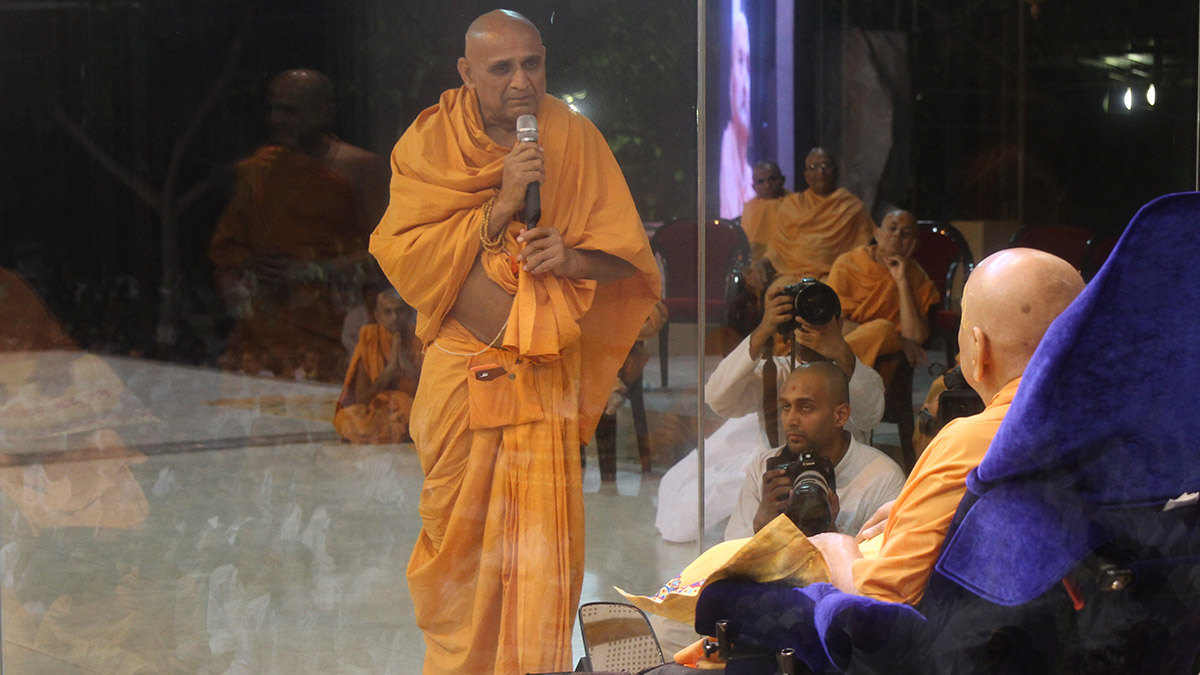 Premprakash Swami prays before Swamishri