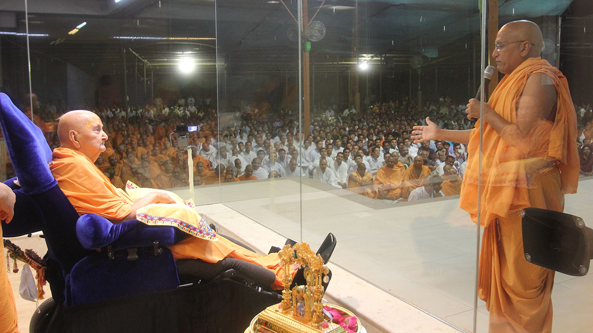 Yagneshwar Swami prays before Swamishri
