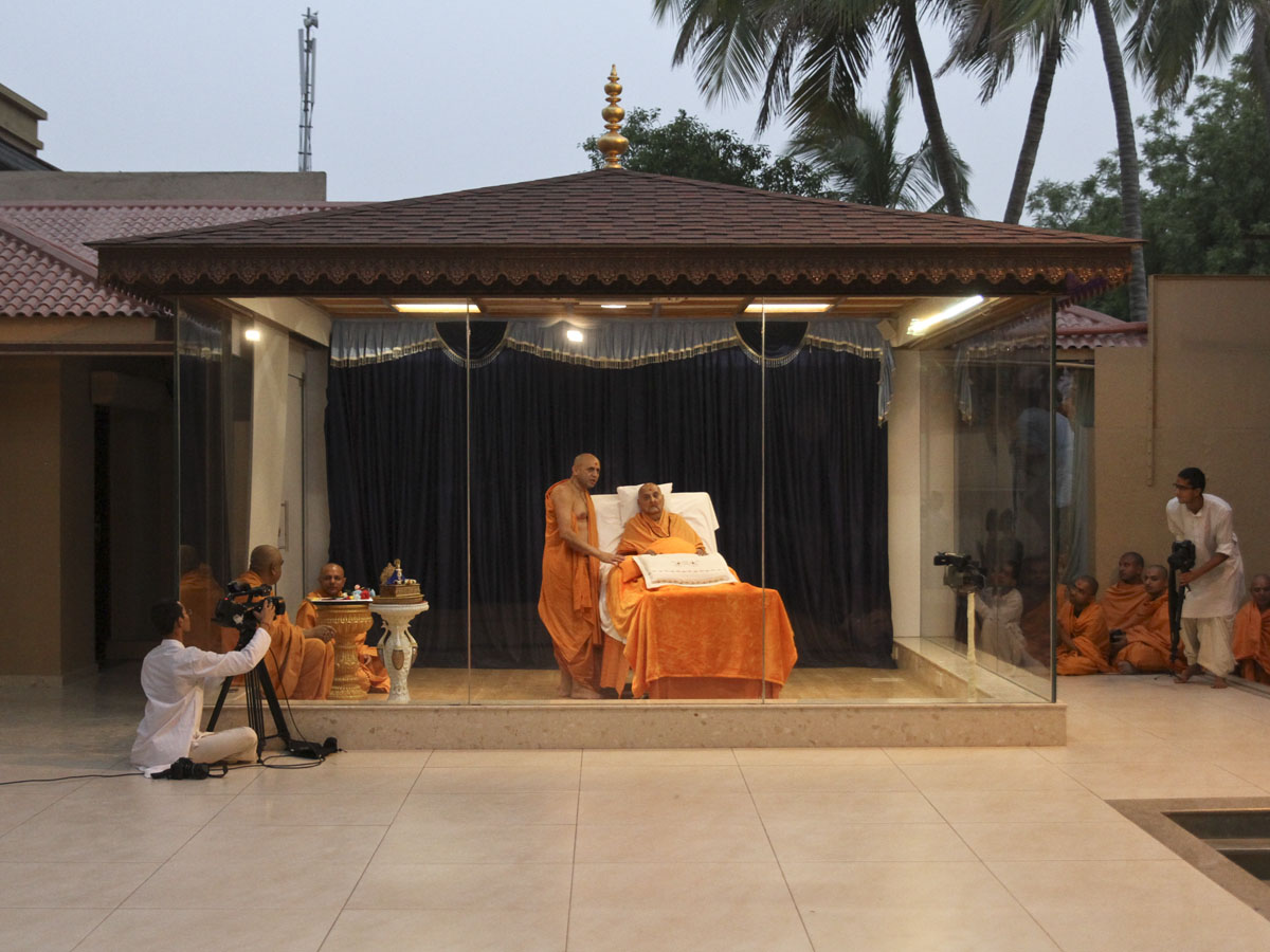 Swamishri arrives in the grahan (eclipse) assembly in the evening