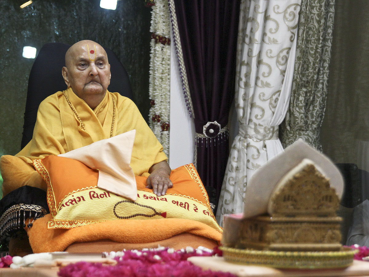 Swamishri performs puja after the grahan