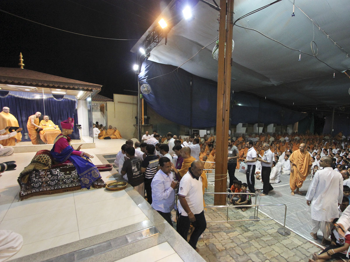 Devotees doing samip darshan