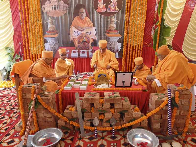 Mahapuja rituals being performed by Pujya Swayamprakash Swami (Pujya Doctor Swami) and Pujya Tyagvallabh Swami