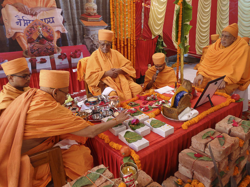 Mahapuja rituals being performed by Pujya Doctor Swami and Pujya Tyagvallabh Swami