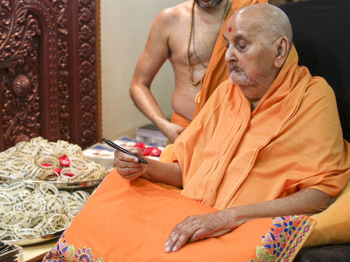 Swamishri sanctifies items