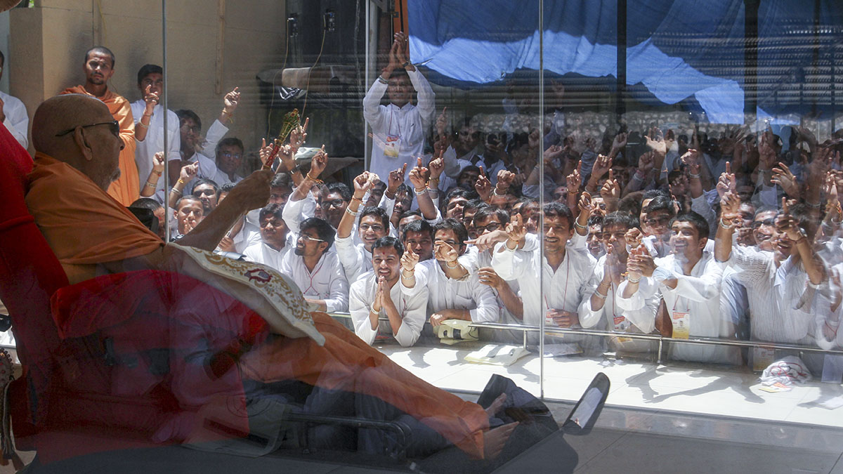 Swamishri arrives in the mandir grounds in the noon